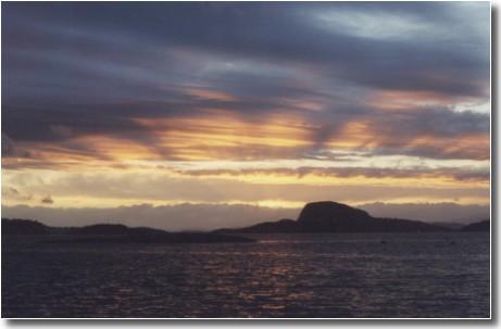Ein Sonnenuntergang über Solvag in Norwegen